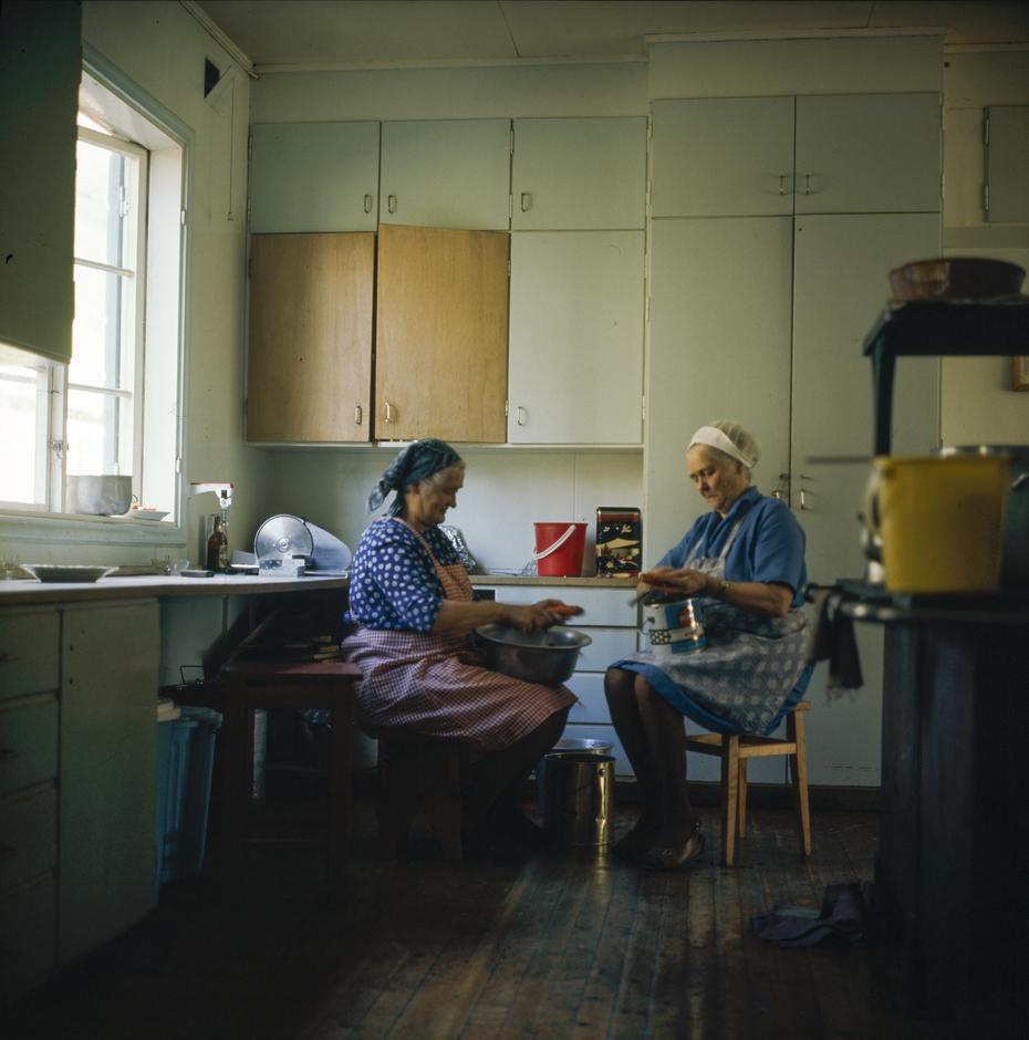 Bestyrer Marie Hoft med kjøkkenhjelp på Gjendebu i 1971.