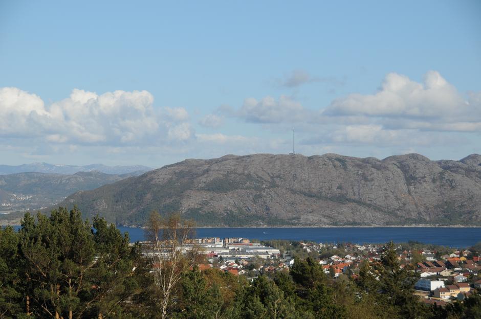 Denne flotte fjellkjeden ble heldigvis skånt for monstermaster. Utsikt mot Lifjell fra Ullandhaug.