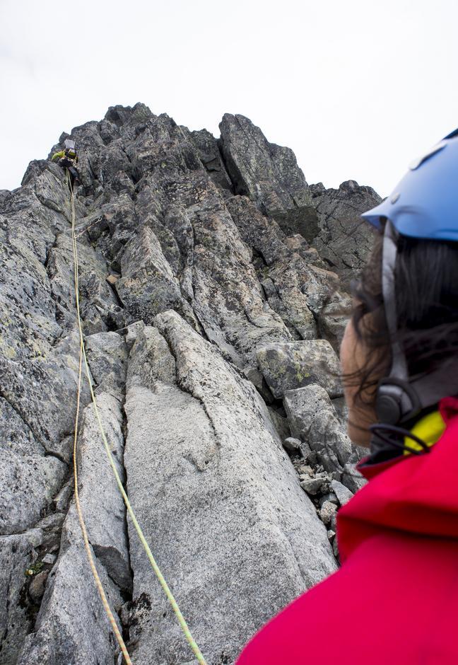 OPP DER: Frøy sikrer Arve som klatrer først i tauet, deretter er det hennes tur til  å finne veien opp fjellveggen.