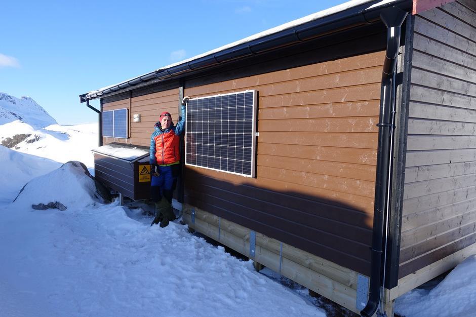 Vesterålen Turlags leder Trond Løkke sto sjøl for installasjonen av det nye solcellepanelet på Snytindhytta.