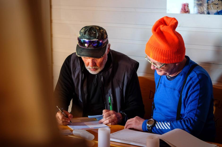 Turlederne Albert Johnsen og Leif Rune Salte planlegger siste dag.