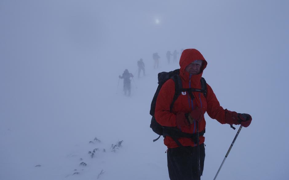 På vei ut fra Rondvassbu til Mysusæter. Vind og snøføyke.