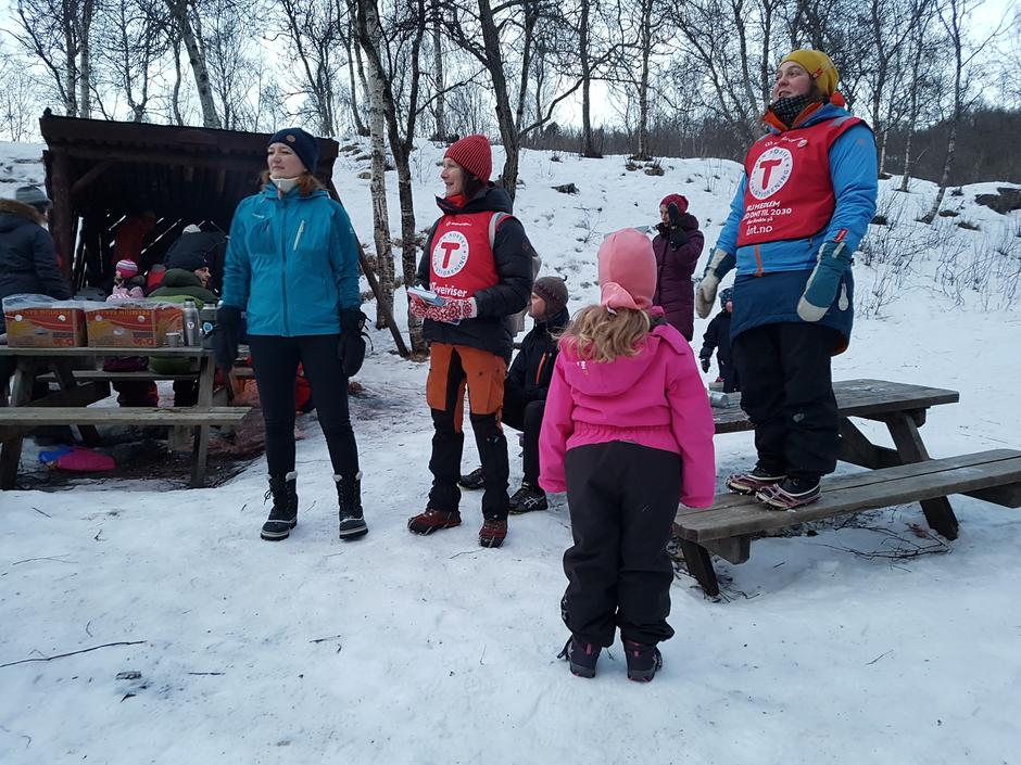Ordføreren mottok omvendt bursdagsgave; På tur i Bodø-boka til alle barnehagene. Hun hadde også med seg 5000 kr til barne- og ungdomsarbeidet vårt.