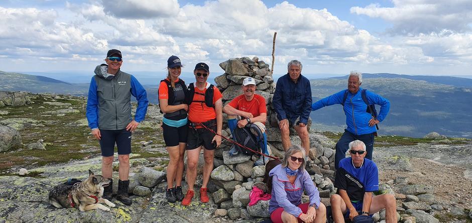 Hele gjengen ved varden på toppen av Bukollen (1122 moh.).