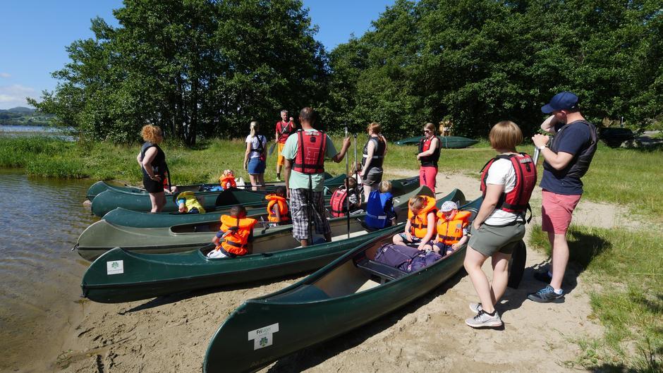 Turleder, Ronny, gir deltakerne god veiledning i tilfelle det skulle oppstå situasjoner i kanoen ute på vannet.