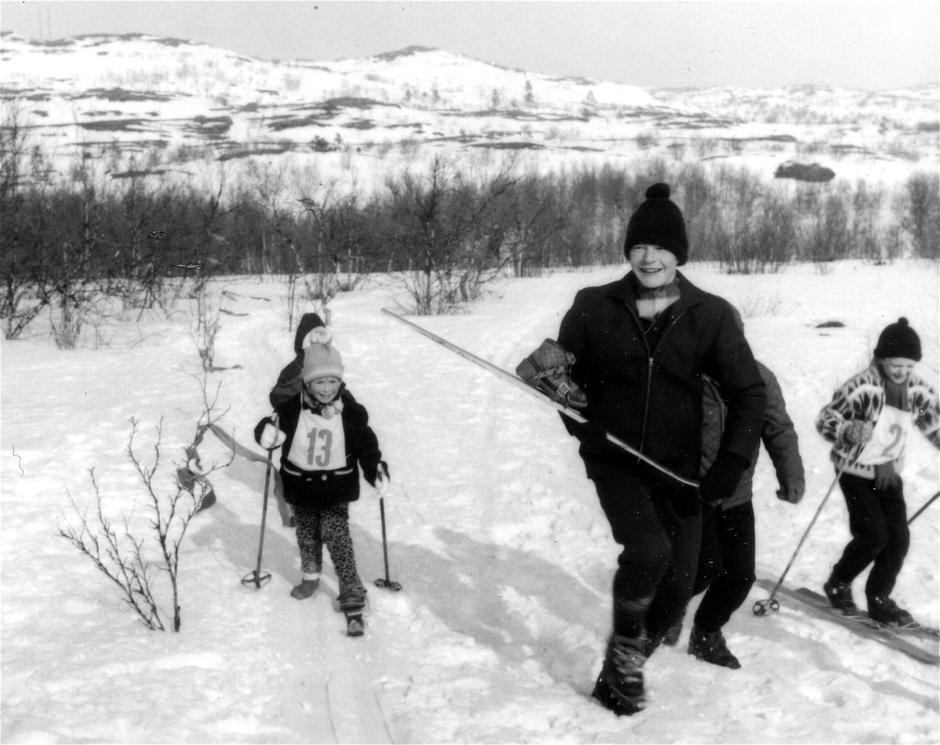 Nr. 13 på vei til mål, med bare en ski, og like blid.Nr. 13 er jeg, Siss, og bildet er tatt på Hesseng noen kilometer fra Kirkenes en gang rundt midten av 60-tallet. Jeg har mista den ene skien med skoen, Nesnalobben, i bindingen, og går til mål med en ski og bare strømpelesten på den andre foten.