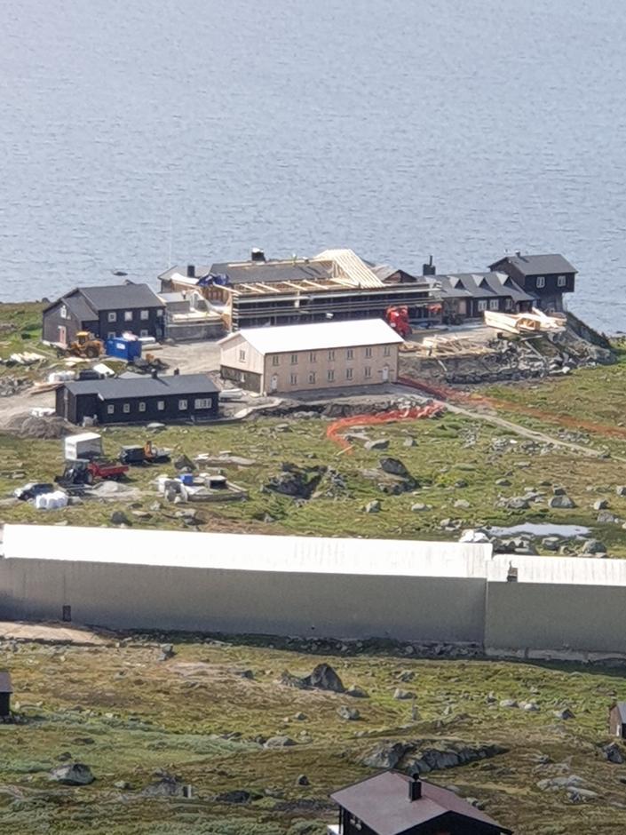 Nye Finsehytta tar form. Bildet er tatt i midten av august 2020.
