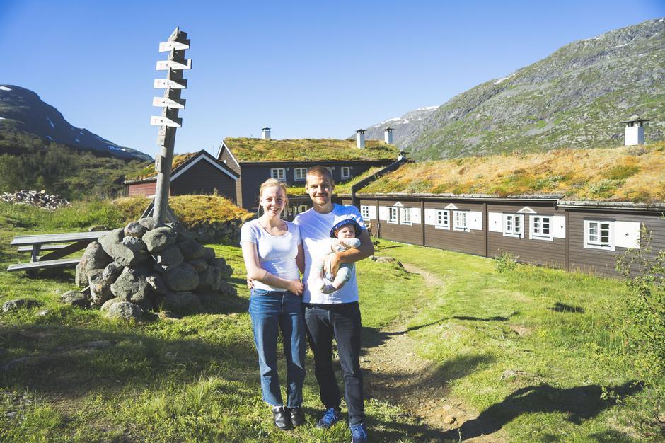 Trine Marie Johansen, Ole Martin Moen og lille baby Ask Elias, er vertskap på Skogadalsbøen.