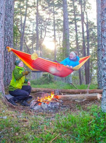 Hengekøye tur sammen med gode venner på Varbufjellet i Gloppen kommune. En tidlig morgen med soloppgang bak fjellene og flygende pannekaker til frokost. På bildet ser vi Emilie Bråten som lager pannekaker og Åshild Eikemo Lundh som henger i hengekøya.