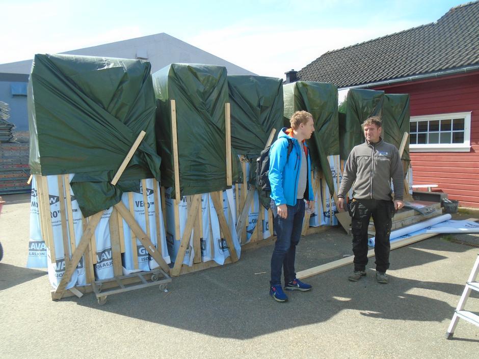 Ferdig pakkede ytterveggselementer på OBAS lagertomt klar til sending med trailer og tog til Finse.