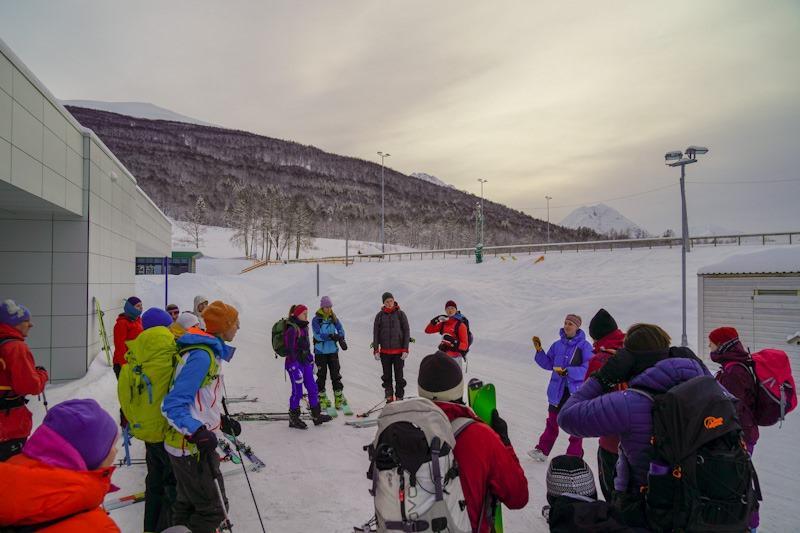 Siste miljøvennlige toppturbuss før Corona gikk i februar til Fagerfjellet, Ramfjord. Her gjennomgang av aktuelle skredforhold ved Sofia. Her er deltakere fra fellestur og andre som gikk på egenhånd.