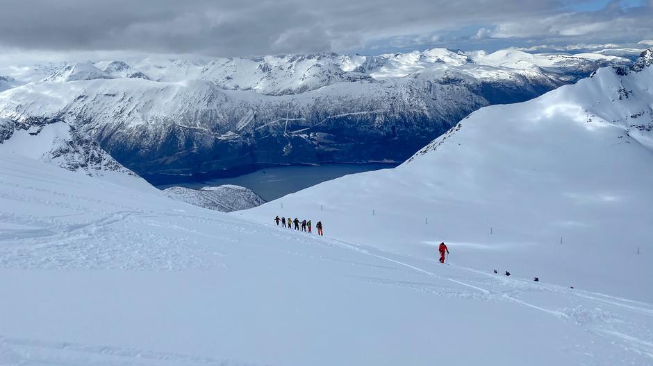 Tussdalsnebba til venstre i bildet og Sunndalsfjorden i midten. Siste lengde før en velfortjent matpause.