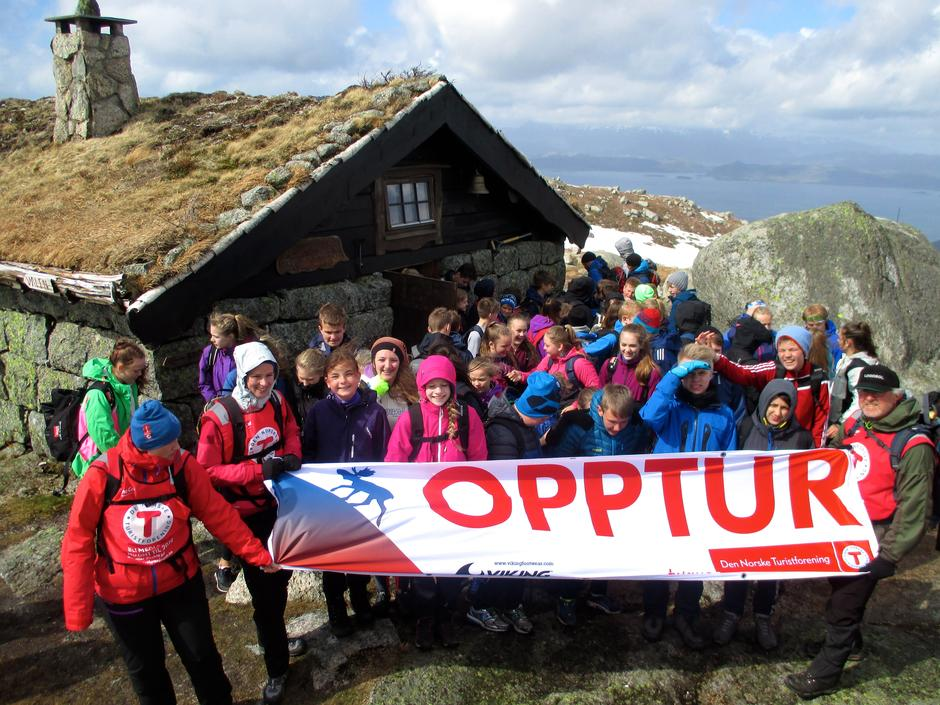 Deltakarar under Opptur 2015 samla framfor Vardhaugselet.