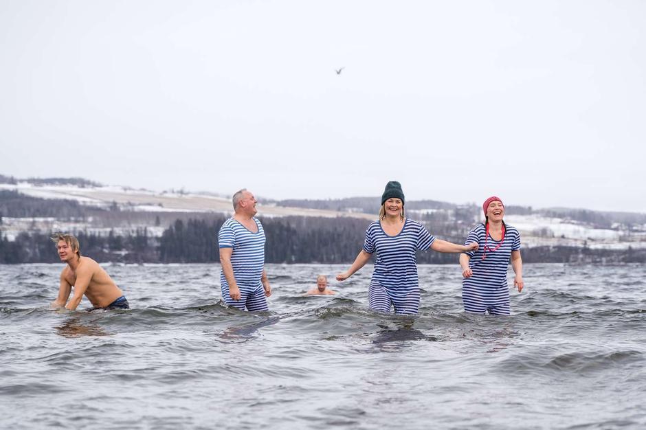 FRISKT: Deilig med Mjøsbad! Enda deiligere når vi snart får ei varm badstu å varme oss i etterpå!
