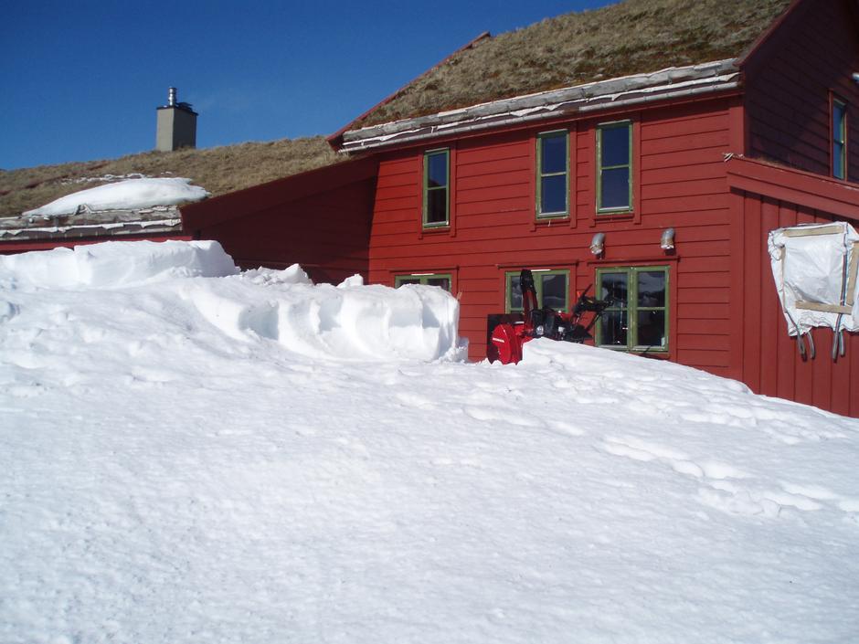 SNØFRESER: Når ikke sola klarer jobben, må utradisjonelle metoder som snøfreser til for å få fram dører og vinduer.