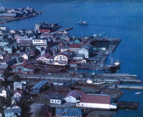 """Verkstedbyen. Forsidebilde på boka """"Nordnorsk - og for egen maskin""""."""