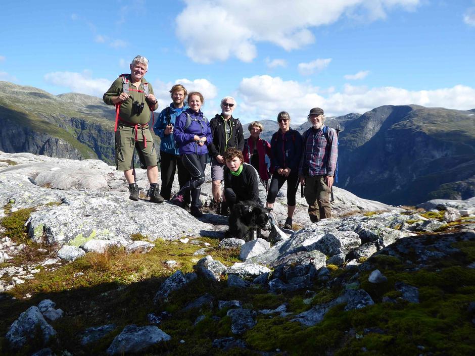 8 personar tok turen til Jordalsnuten i Nærøyfjorden.