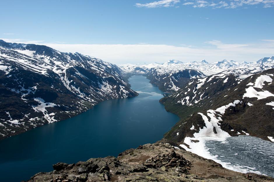 På toppen av Besseggen med flott utsikt innover Gjende. Fortsatt litt is på Bessvatnet.