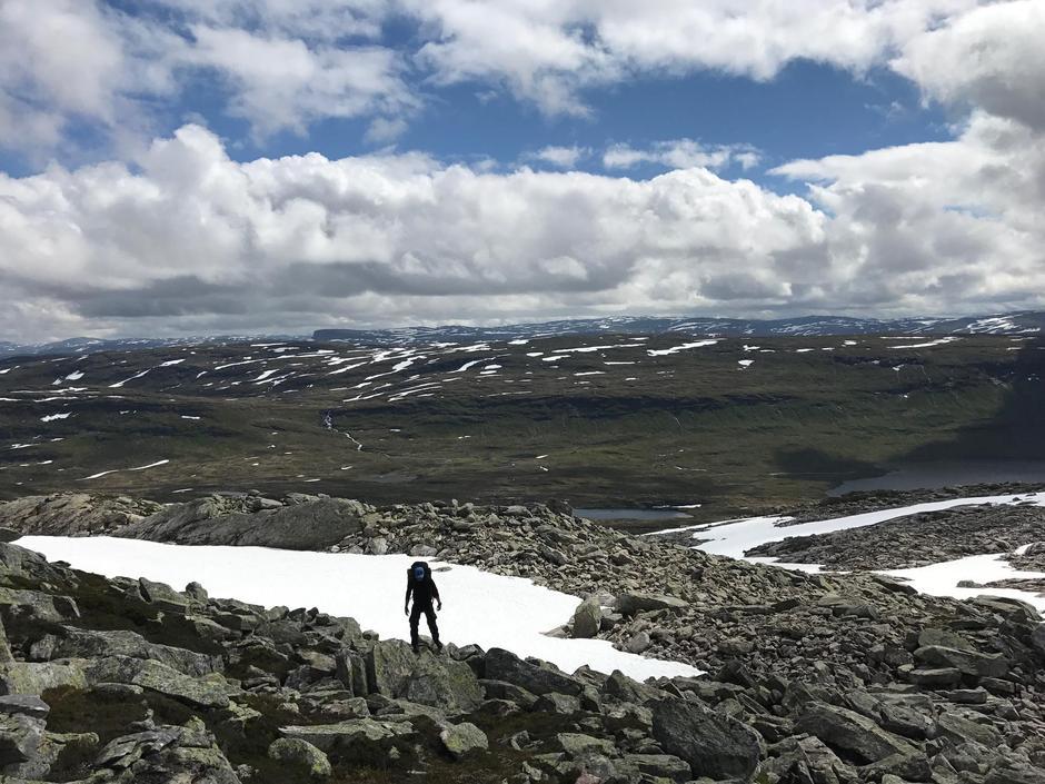 10. juli. Bildet  tatt mot Åsedalen på vei mot Selhamar. Lite snø og vannføring.