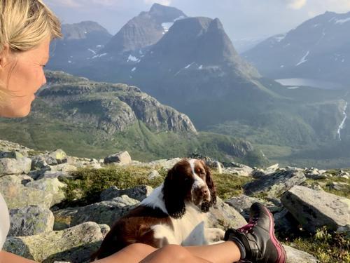 På toppen av Bjøråskaret med utsikt over Innerdalen. Fantastisk bra merket sti fra Kårvatn og opp i skaret. Tove og Ynwa på telttur for første gang. August 2020