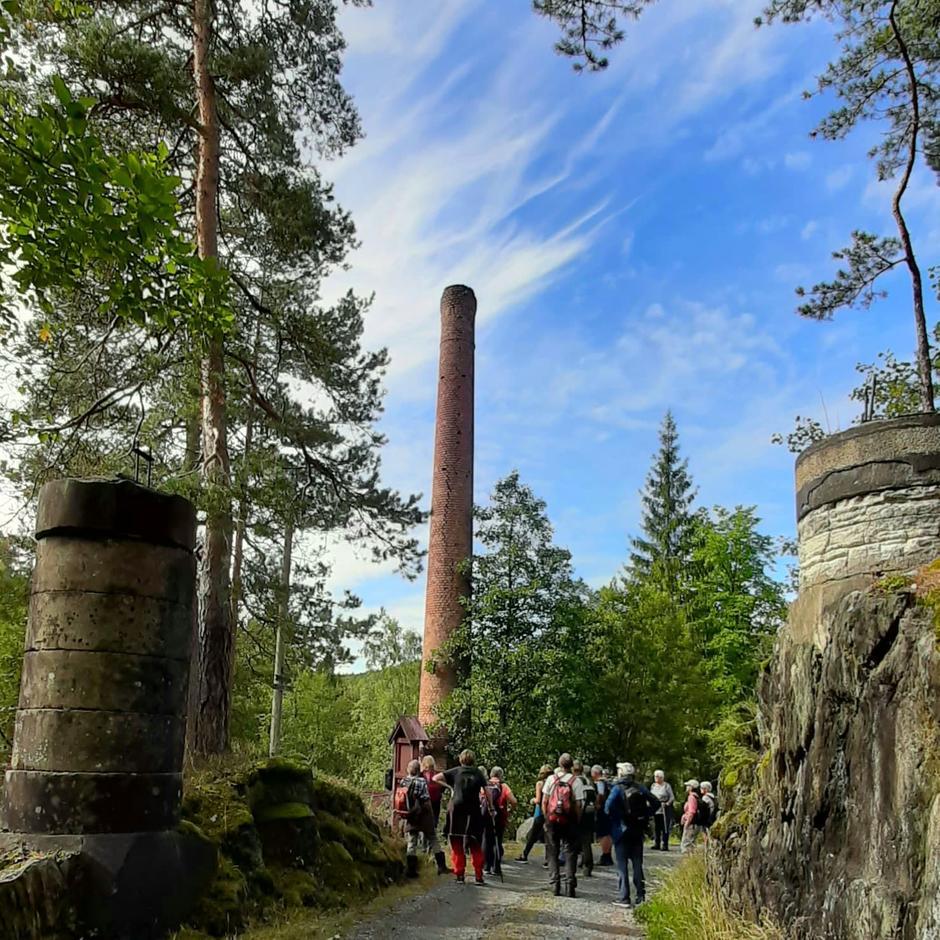 Stifoss, med sitt rundtårn og imponerende byggverk i sveitserstildetaljer nede til venstre for veien. Driften i Stifoss tok endelig slutt i 1949, men kraftstasjonen med turbin av type Pelton er fortsatt i daglig drift.