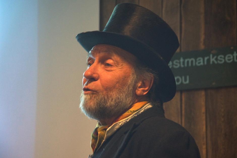 Tor Nicolaysen, styreleder i Ragnhild og Claus Helberg-stiftelsen som deler ut prisen, fremførte et historisk tilbakeblikk.