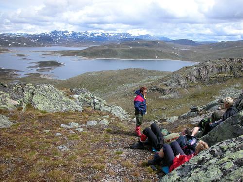 Horntind, fra toppen mot Steinbusjøen - Øyangen, med tindene mellom Bygdin og Gjende i bakgrunnen