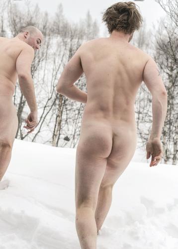 SNØBAD: Eit folketomt Jotunheimen med mykje nysnø gjev høve for andre aktivitetar.
