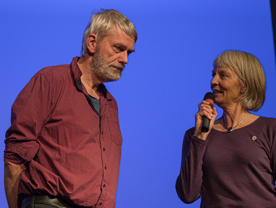 Kveldens konferansier Elisabeth Hasselknippe sammen med Leif Brynildsen.