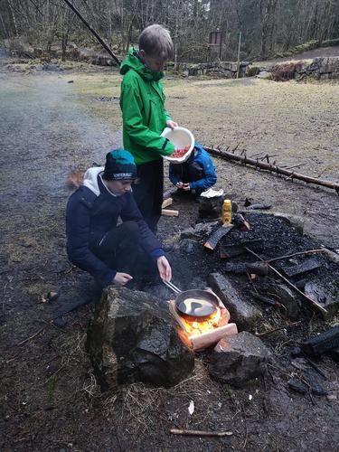 Matlaging med X-Ung Bergen Vest i Alvøskogen