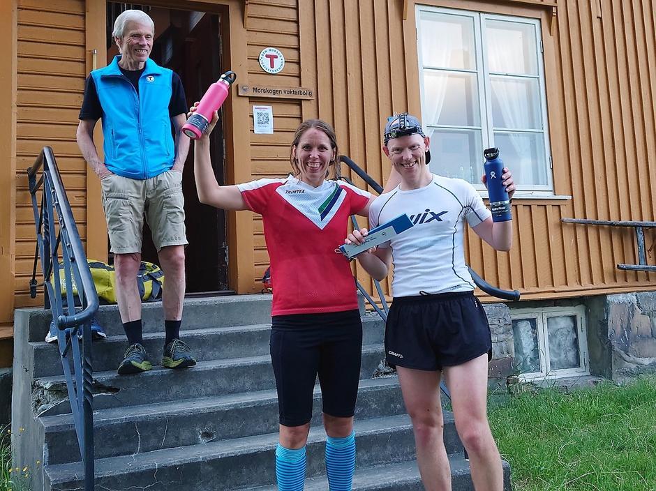 De historiske vinnerne av HHT Ultra: Sofie Johansson og Øyvind Hasli sammen med hyttesjef på Morskogen, Torbjørn Sæther.