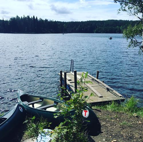 Kanoer og båter ved Ravnsjø