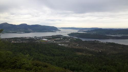 Nydeleg utsikt mot Nordhordlandsbroen frå Indregardsfjellet.