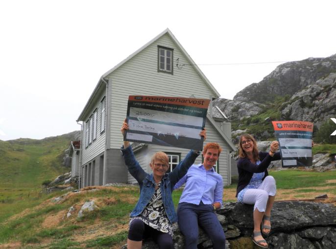 Gåva var overrakt frå driftsleder Ingeborg Reksten i Marine Harvest og Anita Øygard mottok den på vegne av Flora Turlag.
