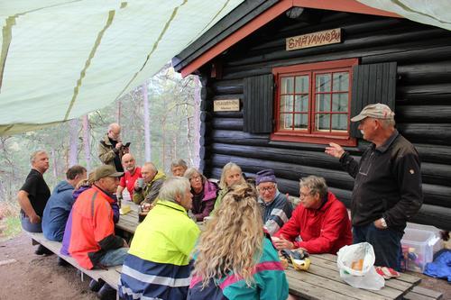 Knut Ivar delegerer oppgaver på dugnaden på Småvannsbu.