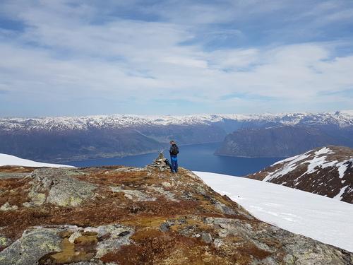 Gavlen med utsikt nordover mot Austreim, Berge og innløpet til Høyangsfjorden