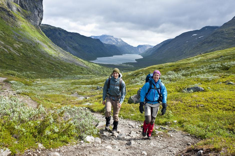 Jo Rennemo Jellum og Mari Vindedal Strand gikk fra hytte til hytte i Jotunheimen før Vinjerock. Her på vei opp fra Gjendebu.