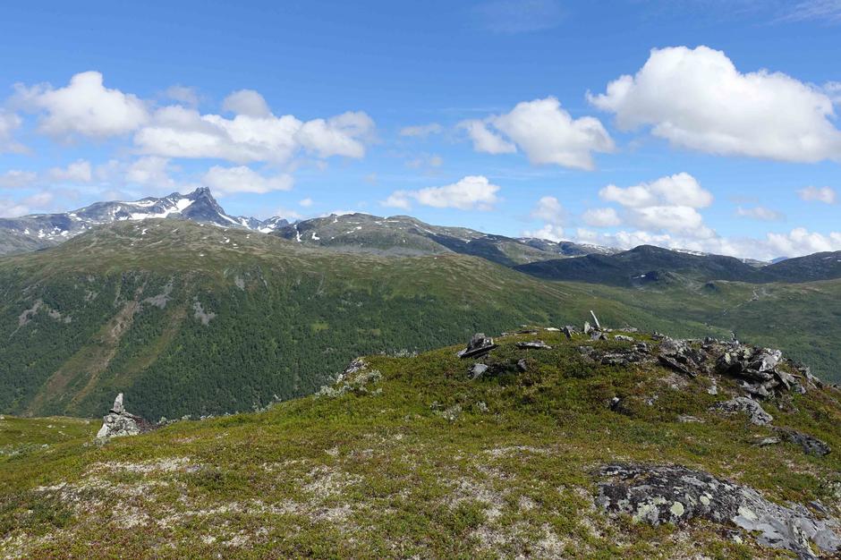 På veg til Gruvefjellet frå Hytta. Restane etter Nedre Hytta.
