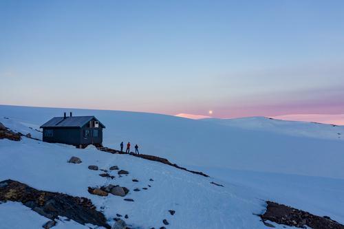 Bildet er fra Tåkeheimen. Dette er fra en fellestur Meløy Turlag hadde på ski over Svartisen til hytta. Vi ser fullmånen over breplatået.