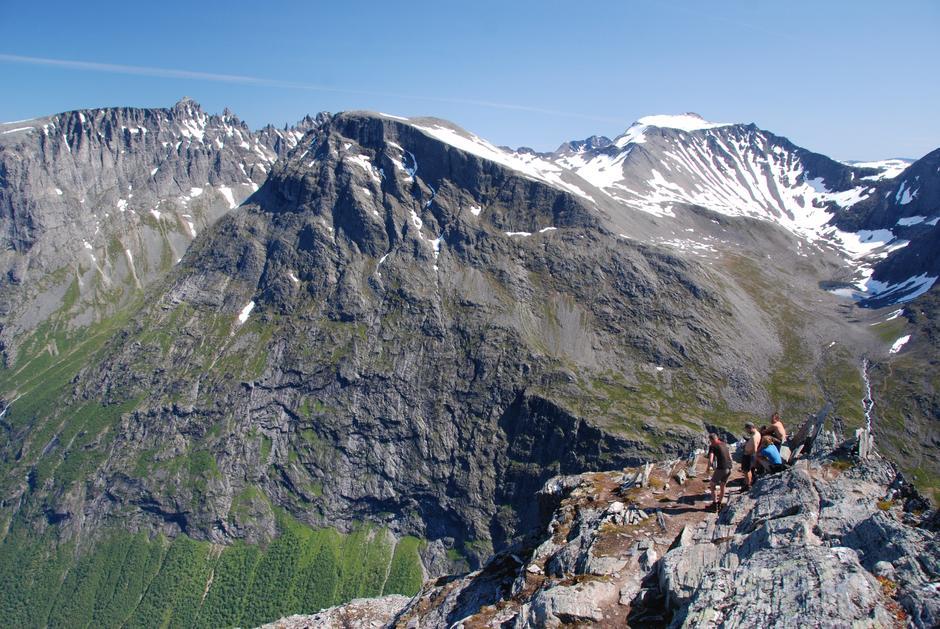 På toppen av Bispen, mot Trollklørne (t.v.) og Trolltindane. Stigbotnen (t.h.) med stien innover mot Breitind