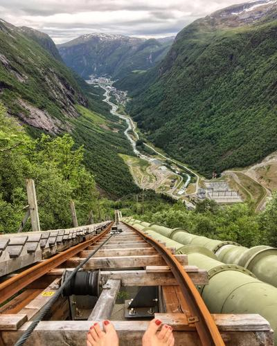 På jobbreise til Høyanger fekk eg utfordra høgdeskrekken, opp dei 2500 trinna i Trappene i Dalen, frå 140-ca 600 meter. Då var det på sin plass å lufta sommartærne!