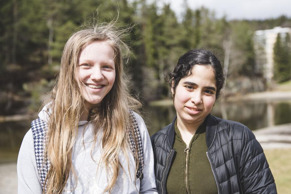 Maja Louise Bakkejord og Diana Walizadeh (begge 14) fra Lindeberg skole er fornøyde etter en slitsom, men fin tur.
