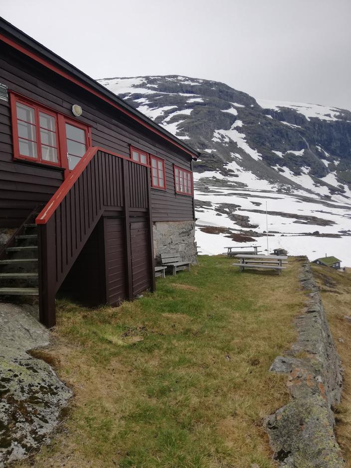 Nørdstedalseter juni 2020. Fremdeles noe snø i terrenget rundt hytta.