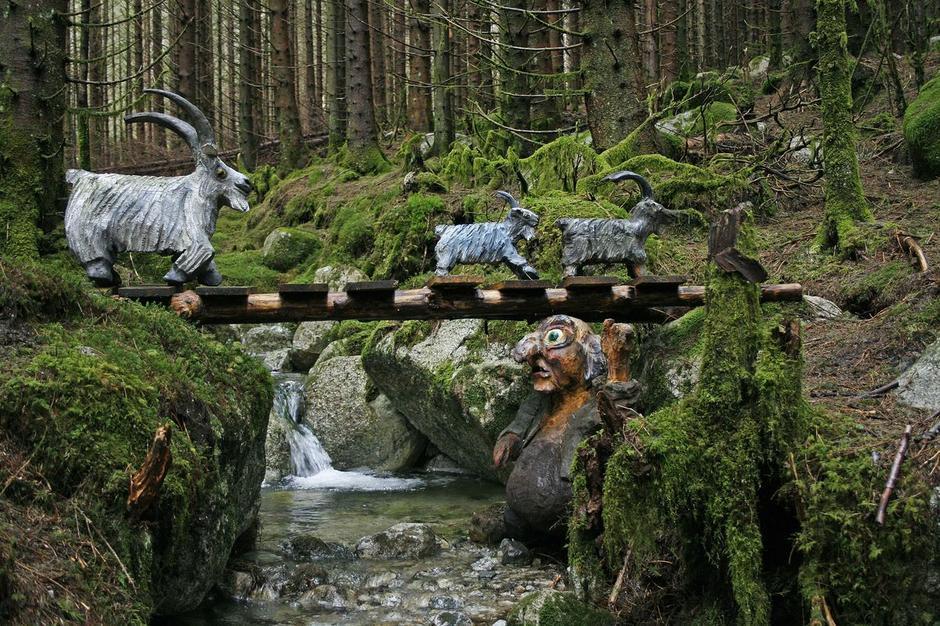 En tur i Eventyrskogen i Årdal er virkelig spennende for både liten og stor!