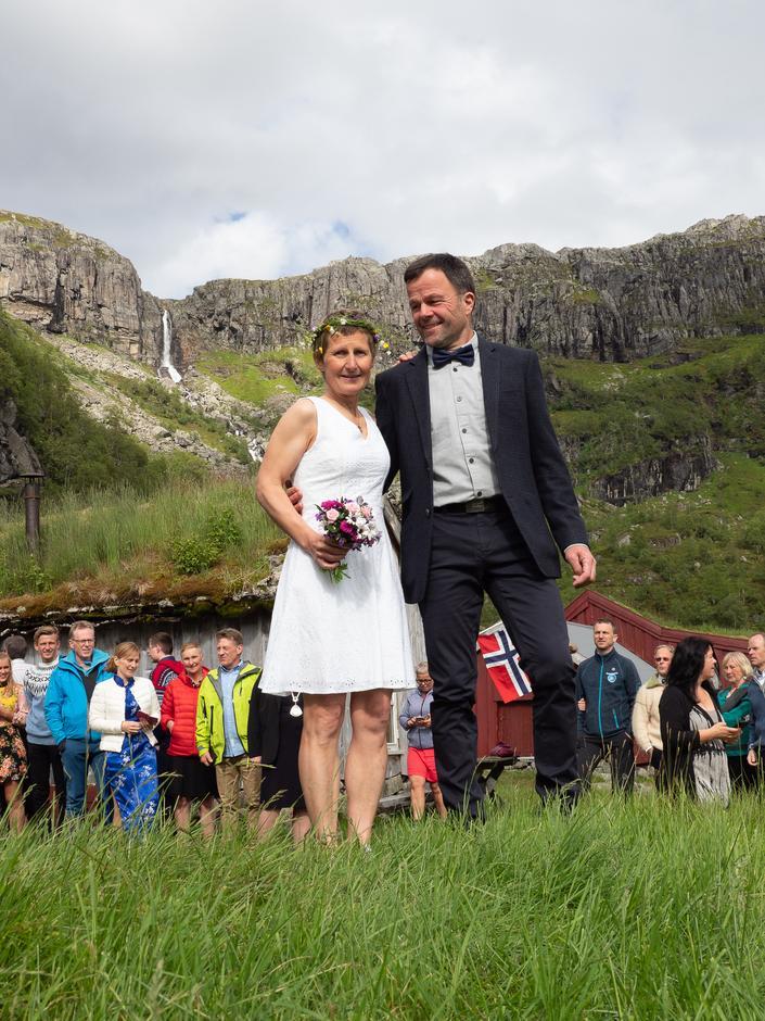 Brudeparet sammen med gjestene etter vielsen.