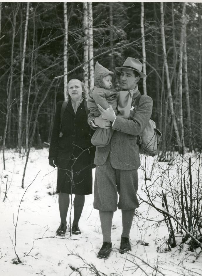 Norsk familie på marsj gjennom skogene over grensa til det nøytrale Sverige på flukt fra nazistisk forfølgelse og terrortrussel i det okkuperte Norge under andre verdenskrig.