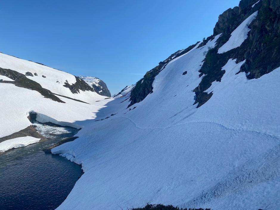Mandag 15.6: Bildet er fra Hardingaskardet. Ikke anbefalt å benytte sommerruten Hodnaberg-Kiellandbu.  Mye snø, bratt og smelting.