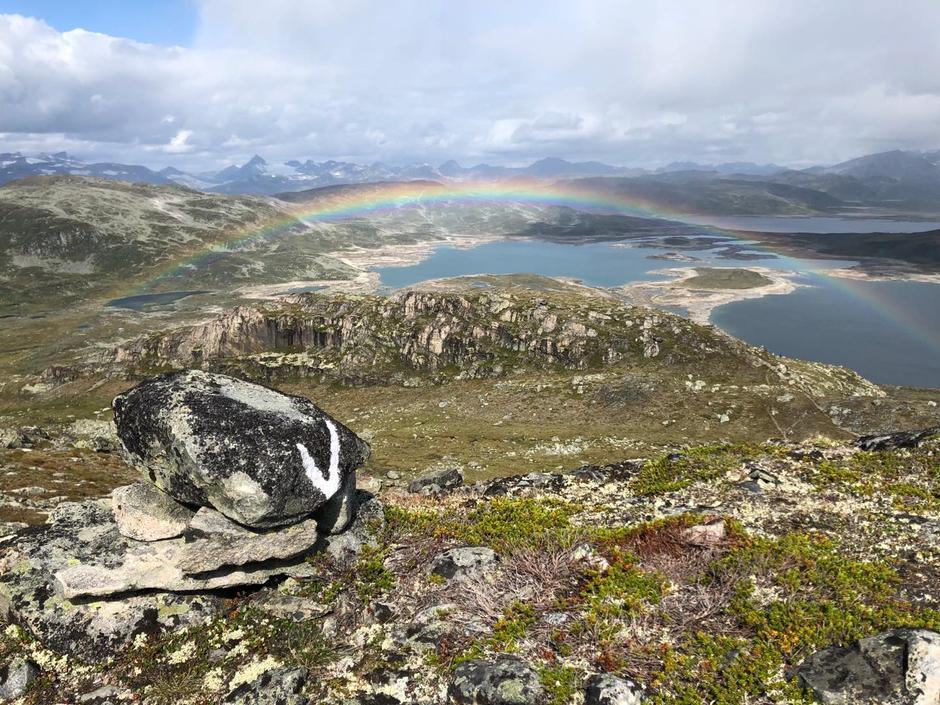God merking og flott regnbue sett fra Horntind.