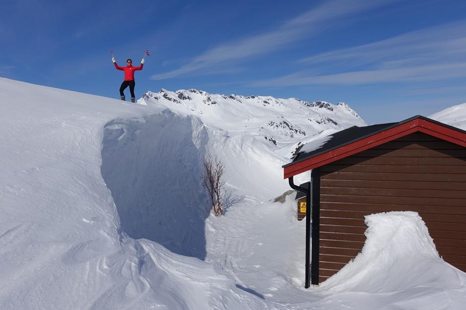 Det er snørekord i fjellet og trolig gode skiforhold i flere uker. Skavlen bak uthuset på Snytindhytta var nær fire meter høy så sent som 17. mai!