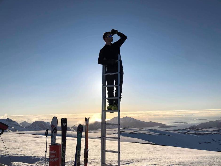 Christopher Haug poserer på toppen av stigen vi dro på pulk opp til hytta på Kjølen.